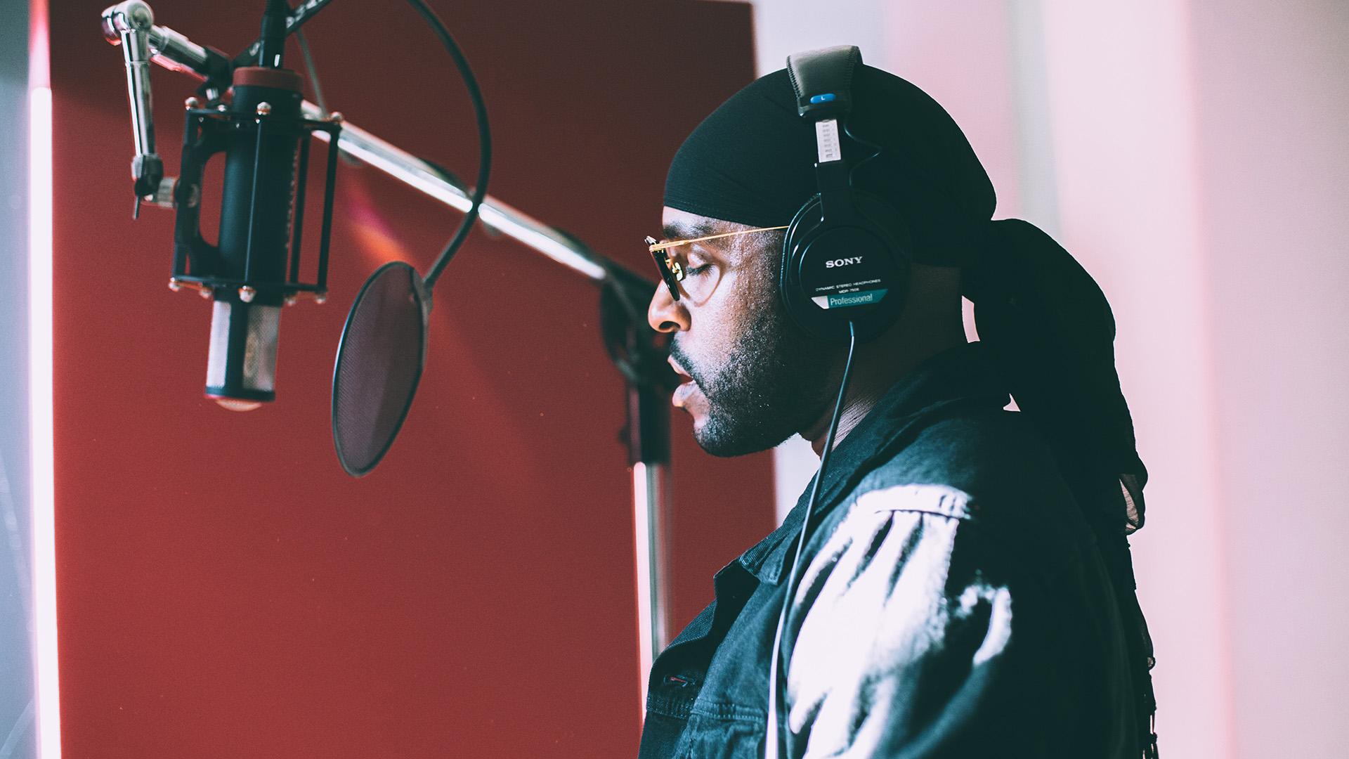 your rap artist being recorded in mobiel recording studio